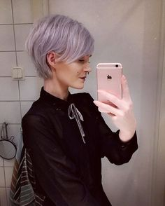 Pastel purple lilac pixie haircut with bangs. Septumpiercing and choker.