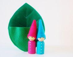 Gnomes de bébé dans un lit de feuilles jouet feutre par Zooble