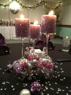 Simple and glam centerpiece. Xmas balls, glittery candles and a wine glass. Voilá!