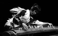 """No dia 27, às 21h, a musicistaYumi Kurosawa faz uma apresentação no Teatro I do CCBB, com entrada Catraca Livre. A artista realiza uma performance de Koto, instrumento de cordas feito em madeira de origem oriental. Nascida no Japão, Yumi começou a tocar Koto aos três anos, recebendouma bolsa de estudos da Agência de Assuntos...<br /><a class=""""more-link"""" href=""""https://catracalivre.com.br/brasilia/agenda/gratis/yumi-kurosawa-realiza-apresentacao-unica-de-koto-no-ccbb/"""">Continue lendo »</a>"""