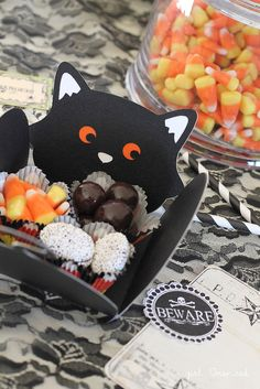 Make these adorable black cat treat boxes easily with your Silhouette! Perfect for Fall & Halloween parties.