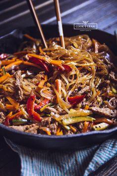 Chow mein z makaronem ryżowym - Cook it Lean - sprawdzone paleo przepisy Chow Mein, Asian Recipes, Healthy Recipes, China Food, Dinner Recipes, Food And Drink, Cooking Recipes, Yummy Food, Paleo Przepisy