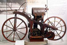 Ésta es realmente una pieza de colección. La primera motocicleta fue creada en 1885 en Stuttgart, Alemania. Fue diseñado y construido por los inventores alemanes Gottlieb Daimler y Wilhelm Maybach. La invención fue también el primer vehículo que funciona con petróleo.