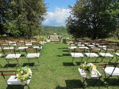 Decorations with white freesia and anemones, peach roses and greenery.  Event Planner : Wedding Italy.