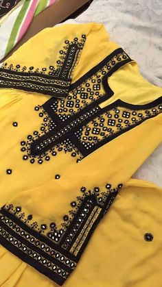 Embroidery On Kurtis, Kurti Embroidery Design, Embroidery Neck Designs, Embroidery Dress, Embroidery Stitches, Hand Embroidery, Frock Fashion, Fashion Dresses, Balochi Dress