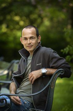 Niels Thorsen er journalist på Politiken, hvor han bl.a. har udmærket sig med sine store portrætinterview. Har to gange været nomineret til Cavlingprisen for sine interviewserier: I 1999 for serien Engle og Dæmoner og i 2003 for serien TIL - om at blive og være. Han har udgivet en række bøger, heriblandt den anmelderroste interview-samling OmVeje, og i 2010 Geniet - Lars von Triers liv, film og fobier.