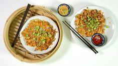 """Japonské placky okonomiyaki se neplní, protože už samo těsto je nabité zeleninou: křupavým zelím, mrkví ajarní cibulkou. Přidat ale můžete ikousky krevet, slaniny, pečeného bůčku nebo mletého vepřového apřizpůsobit tak tyto asijské """"palačinky"""" přesně své chuti. Grains, Rice, Vegetarian, Food, Kitchens, Essen, Meals, Seeds, Yemek"""