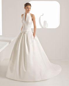 Classic-style ottoman wedding dress with button collar. 2018 Rosa Clará Collection.