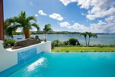 Cascade décorative de la piscine extérieure chauffée