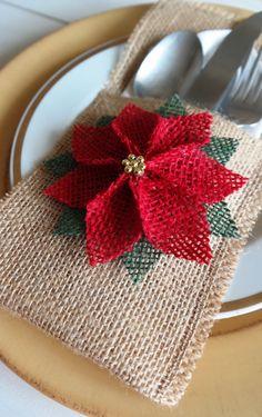 Utensilio de arpillera / porta cubiertos con Poinsettia flor Navidad vacaciones portacucharones  Cuentan con soporte de utensilios/cubiertos de arpillera color natural hermoso con la flor de Nochebuena elegante. Cubiertos y servilletas no incluyen - para la exhibición solamente. El titular de la plata mide 5 x 9.5 pulgadas.  Estas bolsas de arpillera moda utensilios/cubiertos titular son el toque perfecto de Navidad para esta temporada de vacaciones.  Por favor revise este banner que…