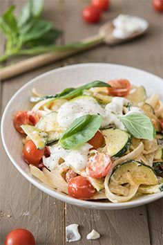 Tagliatelle with goat cheese cream and cherry tomatoes: we know you're going … - Quick and Easy Recipes Cooking Recipes For Dinner, Dinner Party Recipes, Appetizer Recipes, Indian Vegetarian Appetizers For Party, Vegetarian Recipes, Healthy Recipes, Wine Recipes, Pasta Recipes, Easy Tomato Sauce