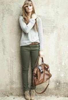 quoi mettre avec un pantalon kaki, tenue en couleurs pastel