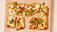 alsatian flatbread topped with flat-leaf parsley, ham, and cheese Quick Recipes, Pork Recipes, Cooking Recipes, Breakfast Lunch Dinner, Dessert For Dinner, Naan Recipe, Flatbread Recipes, Flatbread Pizza, Martha Stewart Recipes