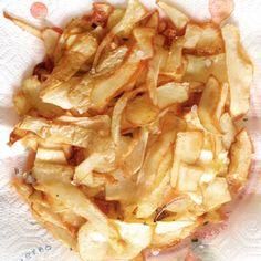Hai utilizzato le patate per una ricetta e stai per buttare le bucce? FERMATII, delle patate non si butta niente! Se le patatine fritte mettono d'accordo grandi e piccini, le bucce fritte non sono da meno. (Ricetta di Legalattiche Foodporn)