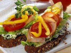 Putenbrust ist besonders fett- und kalorienarm. Brot mit Käsecreme, Gemüse und Putenaufschnitt - smarter - Zeit: 20 Min. | eatsmarter.de