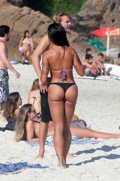 Aline Riscado aproveita dia de sol com amigos na praia da Joatinga, no Rio de Janeiro, nesta sexta-f... - AGNews