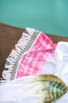 Summers are for swimming. And if you are going to swim, a fun bohemian beach towel is a must. Dry off in style with this easy DIY.