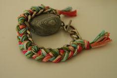 Vieux bracelet en argent et laine