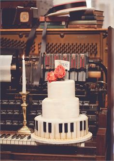 If I marry a music man, this would be fun for him & we could have dancing couples around the bottom layer for me! ♥ Piano wedding cake!
