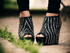 Sometimes spiked high heels are more than just a stiletto with a long and narrow heel. You can wear them with simple dress, or tee and jeans, still give you the sexy look. Hot Spike Studed Shoes Ideas To Look Stunning. Cute Shoes, Me Too Shoes, Awesome Shoes, Trendy Shoes, Open Boot, Facon, Maxis, Crazy Shoes, Beautiful Shoes