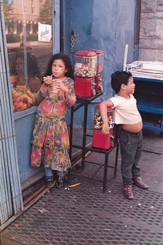 Untitled (Children with Gumball Machine), 1971. Autor: Helen Levitt. Técnica: Dye transfer print. Tipo de sistema: Transformación.
