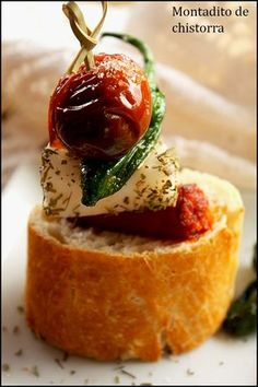 INGREDIENTES:   1 barra de pan  150 g de chistorra  100 g de pimientos de Padrón  150 g de queso de cabra fresco  8 tomates cereza  3 cu...
