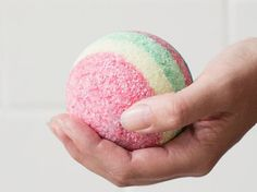 DIY-Anleitung: Regenbogen-Badekugel zum Reinigen der Haut / DIY-tutorial: rainbow bath ball for a clensing your skin via DaWanda.com