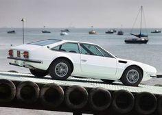 1970 Lamborghini Jarama >>> 3,9-Liter-V12. 5-Gang-Getriebe von ZF; ein einziges Exemplar des Jarama wurde auch mit einer Automatik ausgeliefert! 350 PS stark, in weniger als 7 Sekunden von 0 auf 100 km/h und war 250 km/h schnell. Weil der Radstand recht kurz war, nur 2,38 Meter ist er auch ein erfreulich handliches Teil, sehr agil in den Kurven, und doch ausreichend stabil auf der Autobahn (was zum Beispiel vom Miura nicht behauptet werden kann). Allerdings wog er auch 1,6
