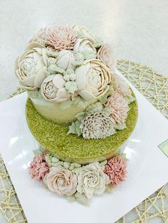 peonies&lisianthuses on 2 layered rice cakes done by moroocake #flowercake #buttercreamflowers #floralcake #Korean3Dflowercake #ricecake #bean_paste_flower www.moroocake.com