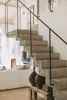 A Portuguese house renovated in natural tones PLANETE DECO a homes world Concrete Staircase, Stair Railing, Banisters, Railings, Railing Design, Staircase Design, Modern Stairs Design, Home Interior Design, Interior Architecture