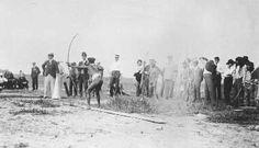 """Dans l'esprit des jeux olympiques a eu lieu en 1904 une rencontre aux USA lors du """"Louisiana Purchase Exposition"""" une rencontre sportive avec compétition de course, saut en hauteur tir à l'arc et de javelot, entre Inuits, Africains, Ainu, indiens d'Amérique. Voici deux photos que j'ai trouvé sur cette étonnante compétition. Je reste perplexe sur le déplacement peut-être + ou - forcé de ces différents auchtoctones"""