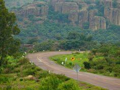 """Un bello paisaje nos ofrece el entronque El Ocote aTapias Viejas, conocido como """"la sierra de las Charrascas"""" por la forma de las piedras. Ubicación: Carr. No. 71 a Villahidalgo. cerca de Aguascalientes Mexico"""