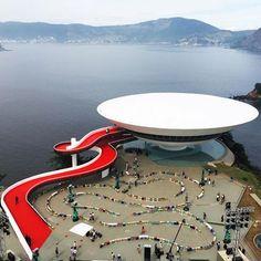 Puentes - o duo escolheu o museu de arte contemporânea pelo lendário arquiteto brasileiro Oscar Niemeyer em Niterói, Rio de Janeiro, como a configuração para o evento, que mostravam Louis Vuitton anual do pronto-A-Vestir de recolha de Cruzeiro.