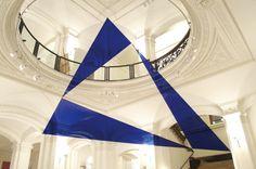 felice varini: trios triangles bleus 2006 - anamorphic illusion   minimal exposition