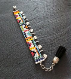 Maasai bead loom Cuff Bracelet with silver charm par TDFTheDreamFactory, €22.00 bead loom, beadwork, seed beads, african.