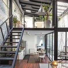 Un viejo taller destartalado ha mutado en un loft estiloso y urbanita, a la medida de su dueña y autora de su brillante restyling, la interiorista Celia Gómez. ¡Ver para creer!