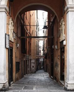 {Communicate}  I vicoli del centro di Genova mi hanno mandato in confusione lo ammetto