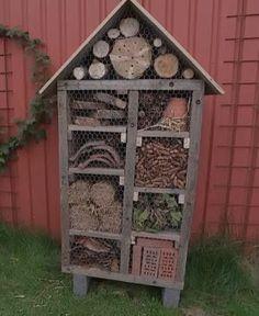 Fru Pedersens have: Insekthotel. Herb Garden Design, Garden Ideas, Garden Living, Horticulture, Bird Houses, Woodworking, Outdoor Structures, Bee Hotels, Children Garden