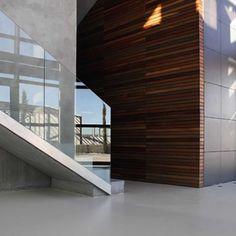 EDIFICIO ODOS__En su interior un gran vestíbulo se abre a las tres plantas del edificio que se extienden hacia su interior de forma diáfana.