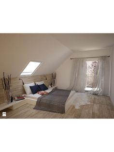 Sypialnia na poddaszu jest znakomitym przykładem tego, jak wielka moc aranżacji drzemie w tym często niedocenianym miejscu w domu. Duża przestrzeń w połączeniu z minimalizmem sprawia, że można tu poczuć się niczym w hotelowym apartamencie. Drewniany parkiet oraz nisko osadzone łóżko sprawiają, że jeszcze bardziej można odczuć przestrzeń. Ta sypialnia ma jeszcze całkiem sporo sobą do zaoferowania. Warto to wykorzystać. #sypialnia #poddasze ##sypialnia na poddaszu ##aranżacja poddasza