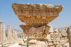 Cornice con mensole (e fregio e architrave) dei propilei del tempio di Artemide a Gerasa. Da Wikimedia Commons, File:20100921 gerasa88.JPG
