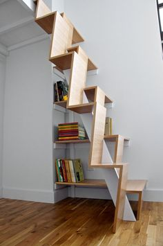escalier raide à marches décalées alternées avec rangement