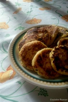 Panquecas pro café da manhã! E pra fugir do tradicional essas são de ricota! Normalmente as panquecas caem no lado doce da cozinha, mas essas podem facilmente virar almoço. A ricota na massa e a (q…