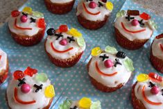 sweet and easy Clown Cupcakes, Childrens Meals, Good Food, Yummy Food, Snacks Für Party, Food Humor, Love Cake, Let Them Eat Cake, Kids Meals