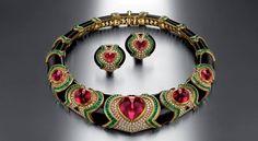 """https://www.facebook.com/106001339553122/BVLGARI - SÉLECTION PARMI LES JOYAUX DE LA COLLECTION """"BVLGARI HERITAGE"""" Collier et clips oreilles: or, tourmalines, émeraudes, onyx, diamants - 1989"""