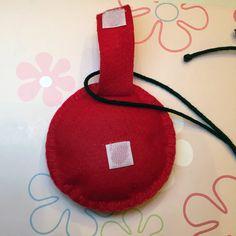 Ioio Bolsa Artesanal Miraculous Ladybug - ioio confeccionado em feltro e bordado manualmente com enchimento. A bolsa tem 10 cm de diâmetro. Podem ocorrer pequenas variações na cor do feltro. Acima de 5 produtos, fazemos sob encomenda e necessitamos de um período para confecção.