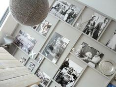 wat een leuk idee voor een saaie muur.   De latjes zijn op de muur gelijmd en daarna in dezelfde kleur en met dezelfde verf als de muur geverfd.  De foto's zijn afgedrukt en op foamboard geplakt