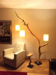 Lampada da terra unica, la lampada Arco, con tre paralumi impiallacciatura in vero legno, ramo della vecchia quercia stagionato.
