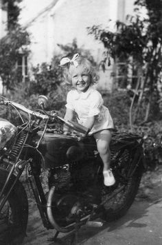 Photographie Anonyme Vintage Snapshot Enfant Moto Rider Noeud Sourire | eBay