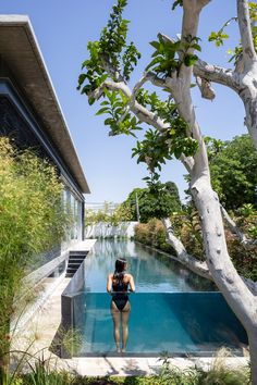 World Architecture Community News - Pitsou Kedem Architects' black Pavilion House is reflected onto a linear swimming pool in Israel Small Backyard Pools, Swimming Pools Backyard, Swimming Pool Designs, Pool Landscaping, Outdoor Pool, Indoor Pools, Small Pools, Landscaping Design, Outdoor Lounge